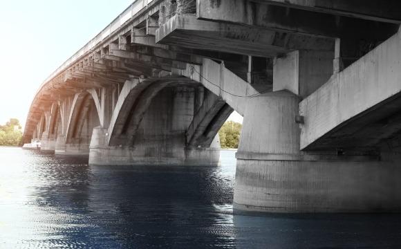 Com baixa permeabilidade, solução impede a entrada de agentes agressivos nocivos ao concreto e ao aço estrutural.