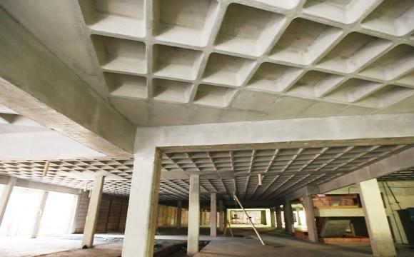 Por ser mais leve que as tipologias convencionais, como as lajes maciças, a solução é indicada para projetos com grandes vãos.